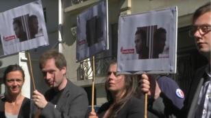 Des soutiens du journaliste Mathias Depardon rassemblés devant l'ambassade de Turquie à Paris, jeudi 25 mai.