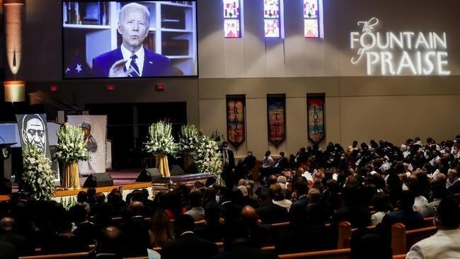 المرشح الديمقراطي للبيت الأبيض جو بايدن يوجه رسالة تعزية عبر الفيديو لعائلة جورج فلويد خلال مراسم الجنازة بهيوستن. 9 يونيو/حزيران