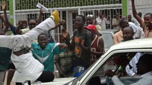 Manifestations de joie devant le siège de la RPA, à Bujumbura, après l'annonce de la remise en liberté provisoire de Bob Rugurika.