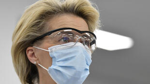 Ursula von der Leyen, presidenta de la Comisión Europea, durante su visita a una fábrica de la farmacéutica Pfizer donde se produce la vacuna del coronavirus, el 23 de abril de 2021 en Puurs (Bélgica)