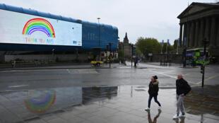 Una pantalla electrónica frente a la Estación de Lime Street, en la ciudad inglesa de Liverpool, proyecta un mensaje de agradecimiento a los trabajadores del Sistema Nacional de Salud británico el 28 de abril de 2020