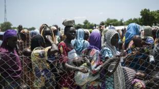 Le 15 septembre, des réfugiés d'un camp de Maiduguri attendent leur tour pour être pris en charge dans une tente de l'Unicef.