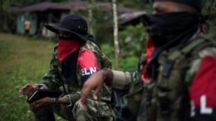 Uriel (I), comandante del Frente de Guerra Occidental Omar Gómez del ELN, habla durante una entrevista con la AFP en un campo del departamento Chocó, en Colombia, el 19 de noviembre de 2017