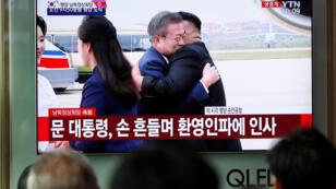 Personas viendo retransmisión de la llegada del presidente surcoreano, Moon Jae-in, en Pyongyang desde Seúl, Corea del Sur, el lunes 17 de septiembre de 2018.