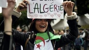 الشباب الجزائري يتظاهر كل يوم جمعة ضد حاشية الرئيس عبد العزيز بوتفليقة
