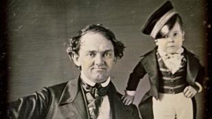 """P.T. Barnum et Charles S. Stratton, alias le """"général Tom Pouce"""", autour de  1840."""