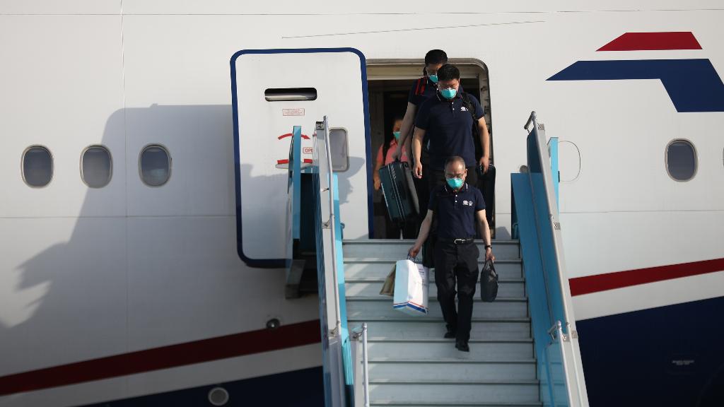 Médicos chinos desembarcan de un avión en el Aeropuerto Internacional Nnamdi Azikwe en Abuja, en Nigeria, el 8 de abril de 2020.