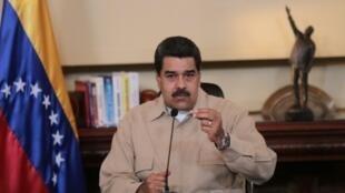 الرئيس الفنزويلي نيكولاس مادورو يوجه كلمة عبر الإذاعة والتلفزيون مساء الثلاثاء 18 نيسان/أبريل 2017 في كراكاس