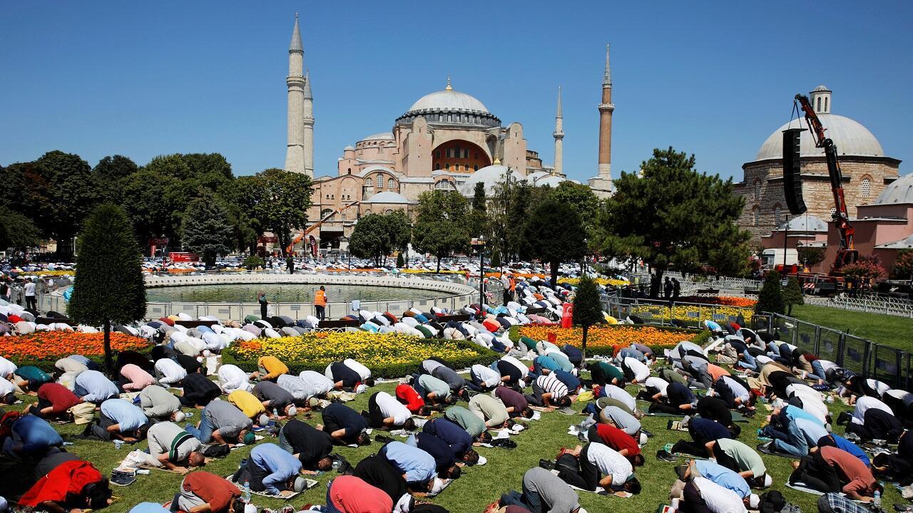 أداء صلاة الجمعة خارج آيا صوفيا. اسطنبول، تركيا في 24 يوليو/تموز 2020.
