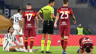 Le milieu de terrain français de la Juventus Turin, Adrien Rabiot (au sol à gauche), lors du match contre l'AS Roma, le 27 septembre 2020 à Rome