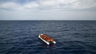 قارب يحمل مهاجرين غير شرعيين.