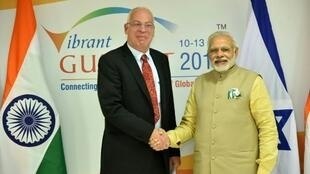مايك سميث وزير الزراعة والتنمية الريفية أوري آرييل (يسار) يصافح رئيس الوزراء الهندي ناريندرا مودي على هامش قمة هندية هذه السنة.