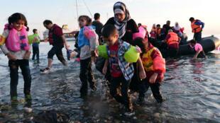 Des familles syriennes débarquant sur l'île grecque de Kos, le 15 août 2015.