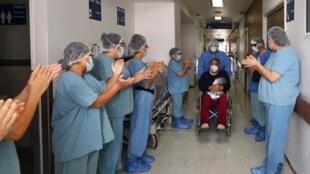 Un patient applaudi par les soignants à son départ de l'hôpital Juarez de Mexico après avoir guéri du Covid-19, le 8 juillet 2020
