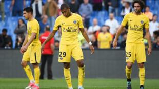 De gauche à droite : Yuri Berchiche, Kylian Mbappe et Adrien Rabiot du PSG, le 23 septembre 2017 à Montpellier.