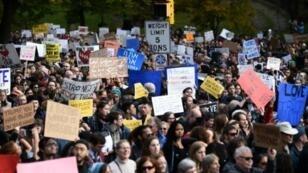 """متظاهرون يحتجون على زيارة الرئيس الأمريكي وزوجته لكنيس """"شجرة الحياة"""" في مدينة بيستبرغ بولاية بنسلفانيا في 30 تشرين الأول/أكتوبر 2018"""