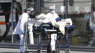 فريق طبي يستقبل مصابا لديه ضيق في التنفس في مستشفى ستراسبورغ بفرنسا