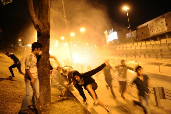 Des manifestants tentent de fuir les jets d'eau de la police turque près de la place Taskim, à Istanbul, en juin 2013