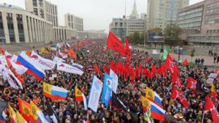 Miles de personas protestan para exigir la liberación de manifestantes opositores encarcelados en Moscú, Rusia, el 29 de septiembre de 2019.