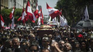 La gente lleva el ataúd con los restos del expresidente peruano Alan García durante su procesión fúnebre en Lima, el 19 de abril de 2019.