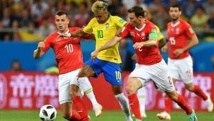 اللاعب نيمار أثناء مباراة كأس العالم أمام المنتخب السويسري
