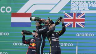 Le Britannique Lewis Hamilton entouré par le Néerlandais Max Verstappen, à gauche, et l'Australie Daniel Ricciardo au Nurburgring le 11 octobre 2020