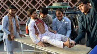 Voluntarios afganos llevan a un herido en una camilla al hospital luego de que un atacante suicida se inmoló en Jalalabad. 16 de junio de 2018.