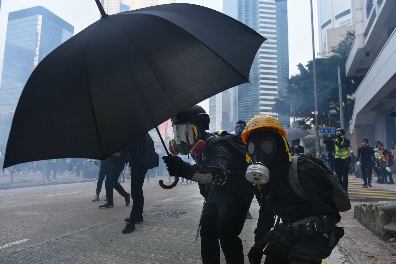 Des manifestants se servent d'un parapluie comme d'un bouclier lors des émeutes à Hong Kong, en septembre 2019.