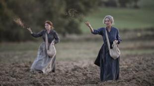 Nathalie Baye joue le rôle d'Hortense qui dans sa ferme, prend la relève des hommes partis au front.