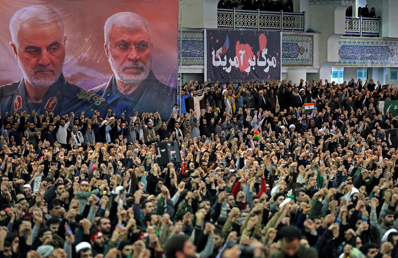 Des Iraniens chantent des slogans sous les portraits du général Soleimani, le 17 janvier 2020, à Téhéran.