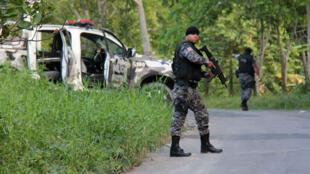 La police militaire de l'État d'Amazonie au Brésil à la recherche de dizaines de prisonniers en fuite après le massacre intervenu dans le complexe pénitentiaire Anisio Jobim de Manaus le 2 janvier 2017.