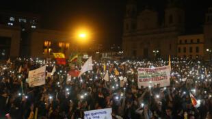 Manifestantes se concentran en la Plaza de Bolívar en Bogotá, Colombia, al final de una marcha a favor de la Jurisdicción Especial para la Paz (JEP) el 18 de marzo de 2019.