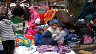 Los migrantes venezolanos esperan para registrar su salida de Colombia antes de ingresar a Ecuador, Puente Internacional de Rumichaca, Colombia, 9 de agosto de 2018.