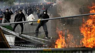 Des centaines d'individus encagoulés ont bloqué la manifestation parisienne du 1er-Mai.