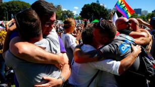 La gente celebra después del anuncio de que la mayoría de los australianos apoyan el matrimonio entre personas del mismo sexo en el centro de Sydney, Australia, 15 de noviembre de 2017.
