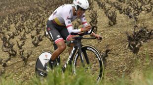El ciclista colombiano Jarlinson Pantano corre una contrarreloj de la París-Niza el 8 de marzo de 2017 entre Beaujeu y el Monte Brouilly, en  Francia