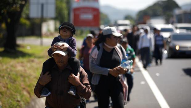 Personas caminan en una caravana de migrantes que sale de El Salvador en ruta hacia los Estados Unidos, en Ateos, El Salvador, el 31 de octubre de 2018.