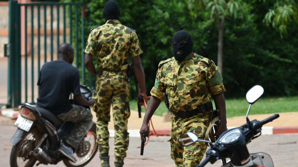 Des soldats du Régiment de sécurité présidentielle (RSP) dispersent une manifestation le 20 septembre à Ouagadadougou.