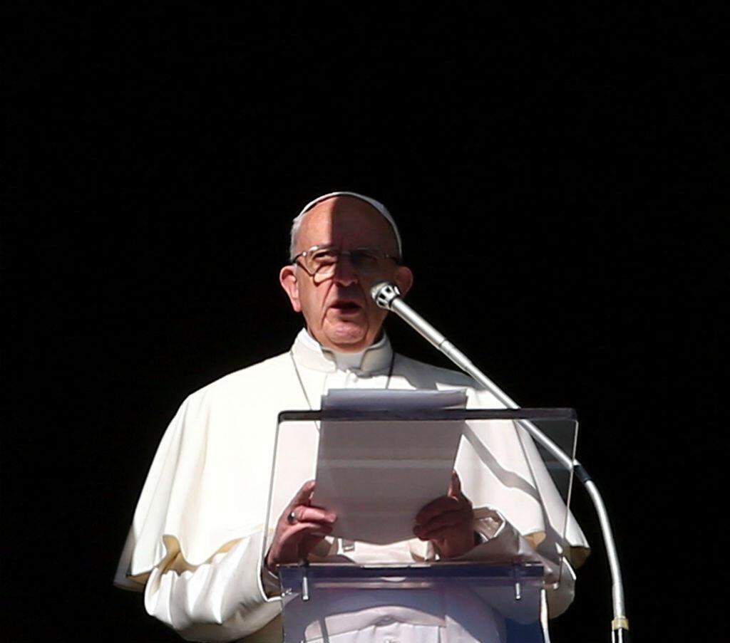 El papa Francisco durante la oración del Angelus en la Plaza de San Pedro en el Vaticano el 24 de diciembre de 2017.