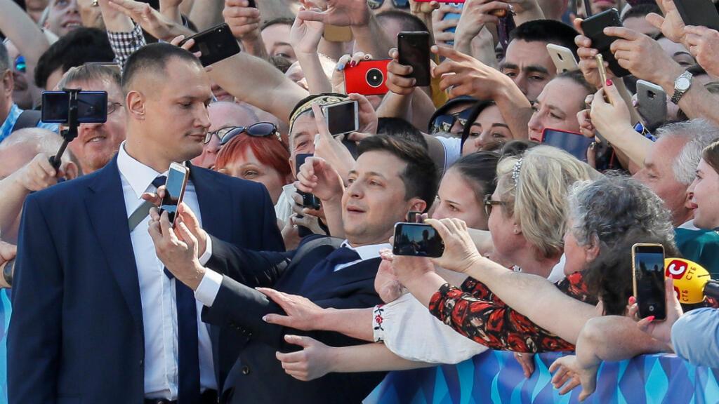 El presidente de Ucrania, Volodimir Zelenski, se toma una foto con sus seguidores antes de jurar su cargo en Kíev, el 20 de mayo de 2019