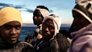 Los migrantes son vistos en la cubierta del Aquarius, mientras se dirigen a España. 14 de junio de 2018.
