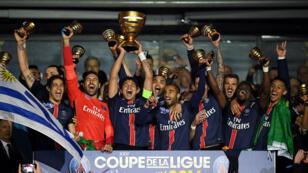 Thiago Silva, le capitaine parisien, soulevant le trophée après la victoire face à Lille (2-1) au Stade de France.