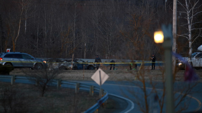 Los oficiales de la Real Polícia Montada de Canadá (RCMP) revisan una de las escenas involucradas con el presunto atacante Gabriel Wortman en Shubenacadie, Nueva Escocia, Canadá, el 19 de abril de 2020.