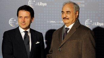 رئيس الحكومة الإيطالية جوزيبي كونتي خلال استقباله المشير حفتر