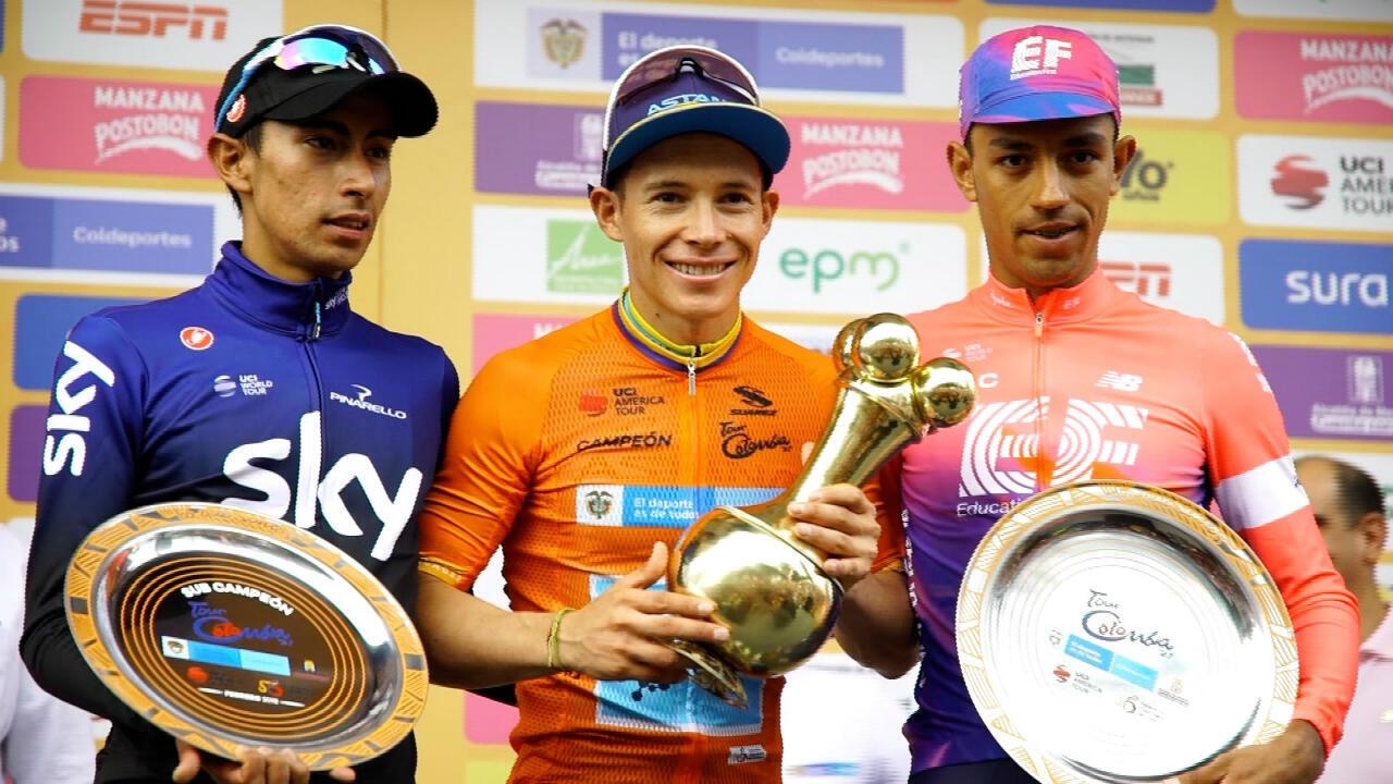 El podio del Tour Colombia 2.1 con los colombianos Iván Sosa (izquierda, segundo lugar), Miguel Ángel 'Supermán' López (centro, campeón) y Daniel Martínez (derecha, tercer lugar), en la premiación en el Alto de Las Palmas, Antioquia, Colombia, el 17 de febrero de 2019.