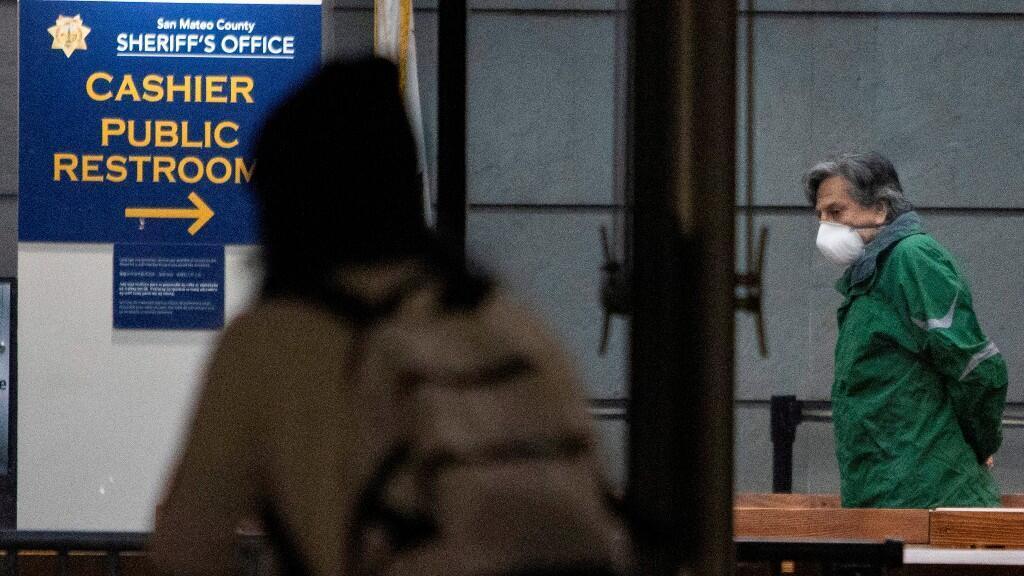 El expresidente peruano Alejandro Toledo se prepara para salir de la Cárcel de Maguire del condado de San Mateo, California, Estados Unidos, el 20 de marzo de 2020.