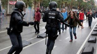 Una mujer grita a miembros de la Policía Nacional en Barcelona. 1/10/2017