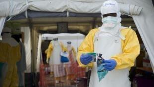 Un personnel de soin du centre de traitement contre Ebola de la Croix-Rouge française à Macenta en Guinée, le 20 novembre 2014.