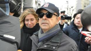 Carlos Ghosn, entouré de journalistes, le 9mars2019 à Tokyo.