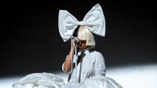 La chanteuse Sia est poursuivie en justice par des fans mécontents après un concert à Tel Aviv en Israël en juillet 2016.